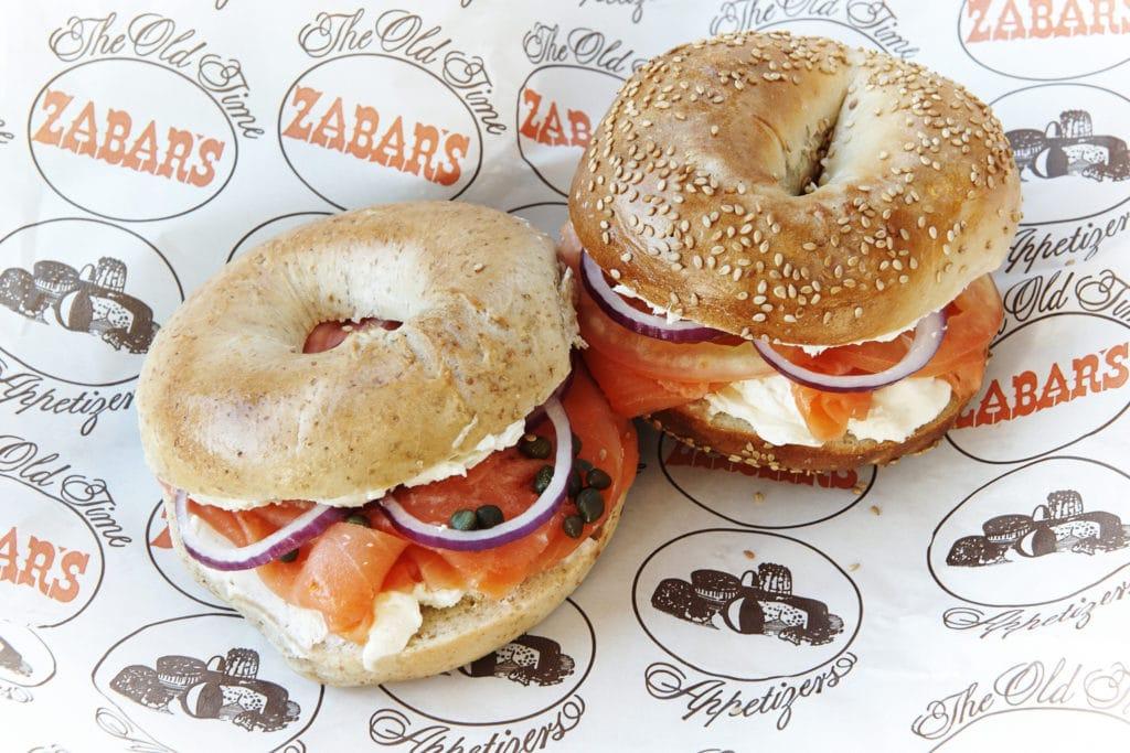 Zabar's, l'épicerie située dans l'Upper West Side de New York propose dans leur café des bagels pour le petit déjeuner.