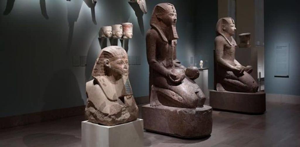 3 statues égyptiennes représentants des têtes de pharaons au musée MET.