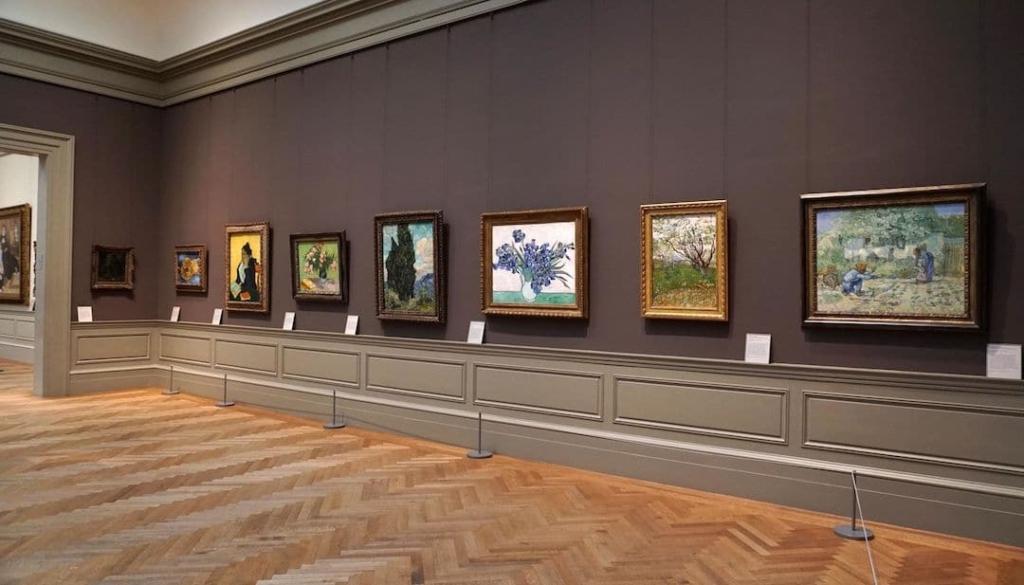 7 tableaux de peinture européens accrochés à un mur dans le MET.