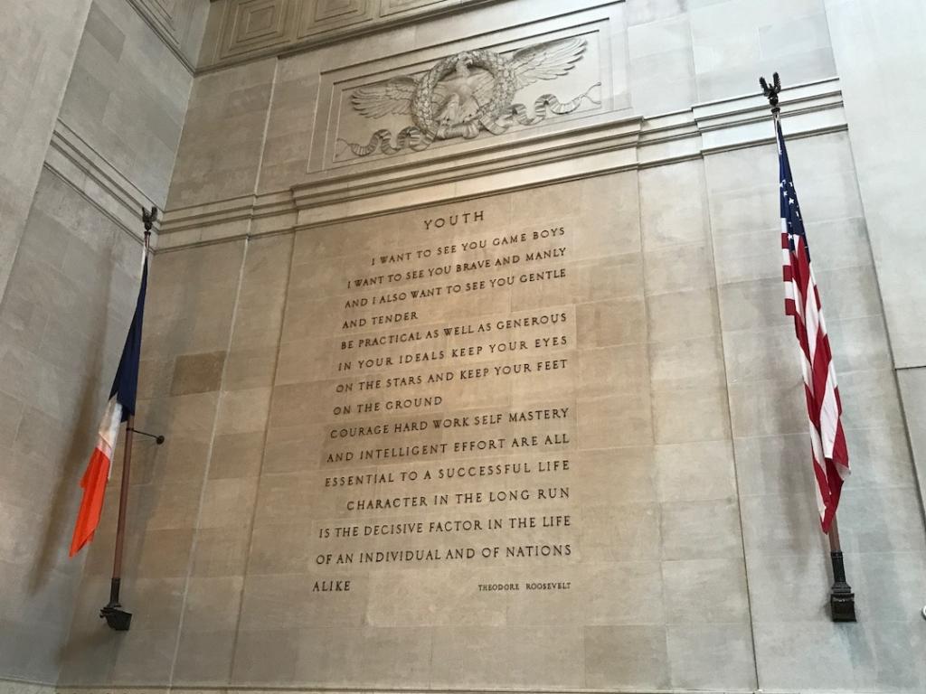 Citation de Théodore Roosevelt sur un mur dans le hall d'entrée du musée d'histoire naturelle de New York.