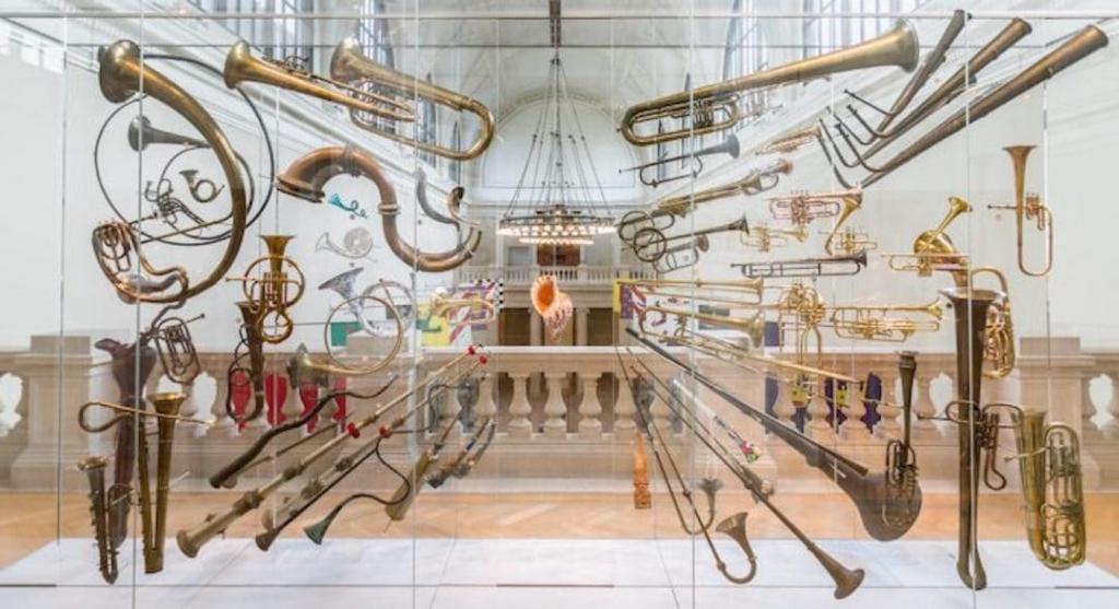 Différentes instruments de musique notamment des cuivres exposés au MET.