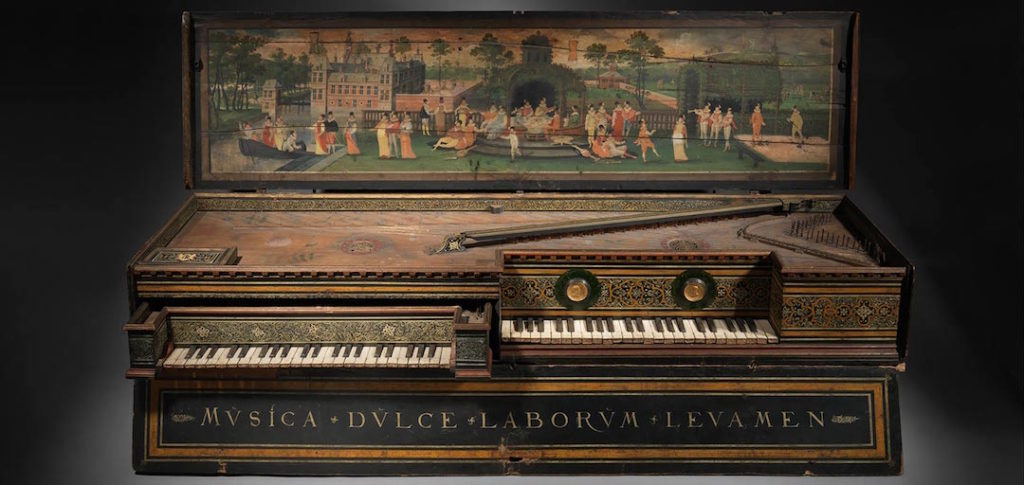 Ancien piano exposé au MET.
