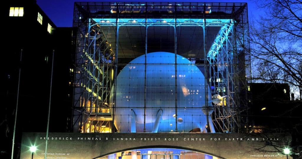 Vue d'extérieur du Centre Rose pour la Terre et l'Espace du musée d'histoire naturelle de New York.