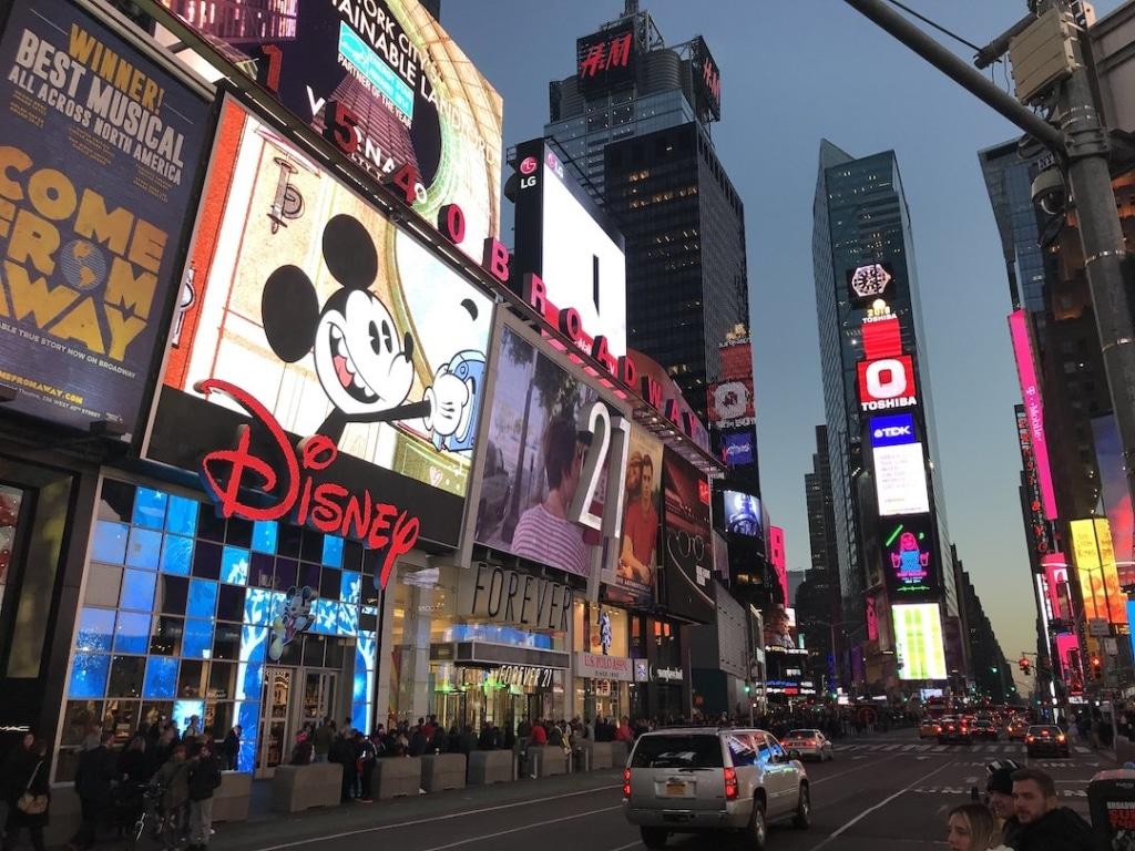 le Disney Store situé à Times Square à New York à côté du Forever 21.