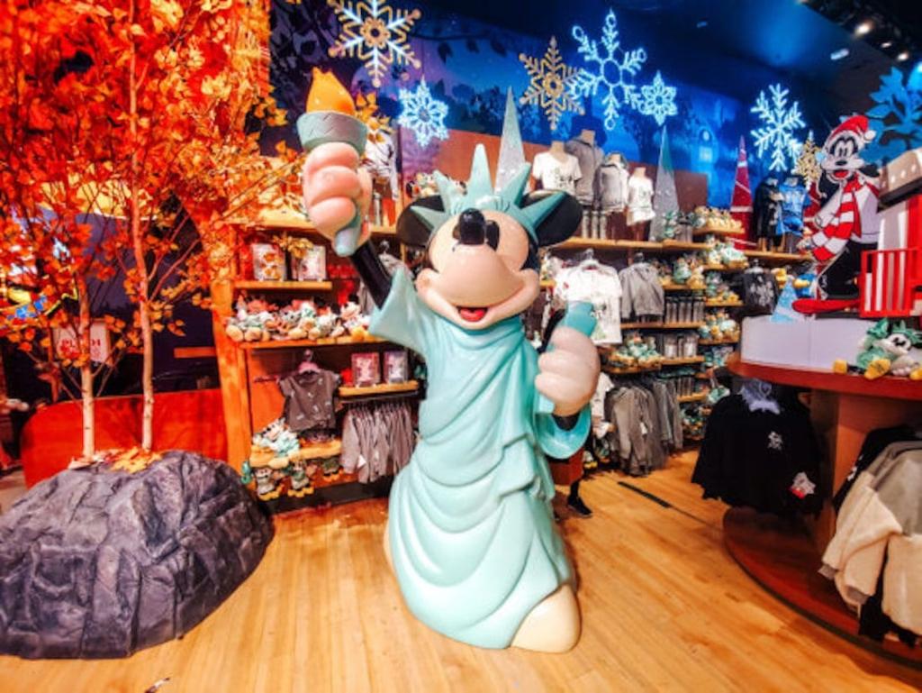 Statue de Minnie déguisée en Statue de la Liberté dans le Disney Store à New York