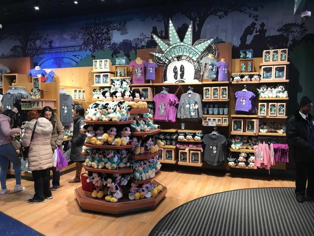 Les produits dérivés Disney thématisés New York dans le Disney Store à New York.