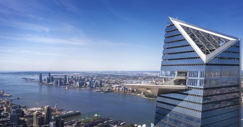 The Edge, un gratte ciel à New York avec une plateforme extérieur qui ressort du bâtiment. On voit New York en fond derrière.