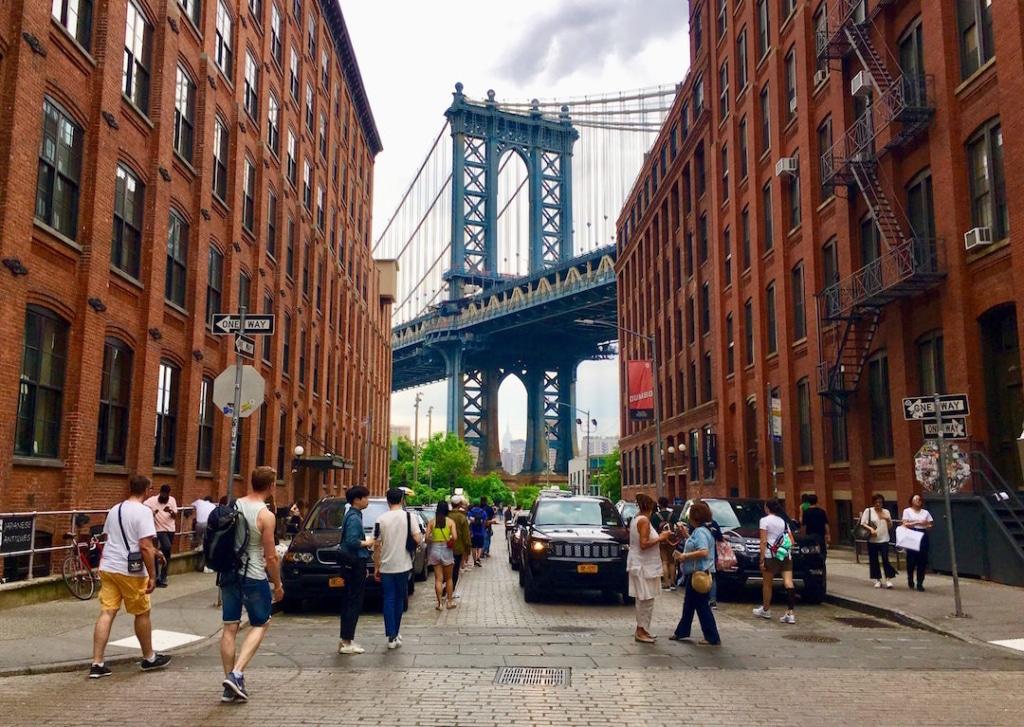 Vue de Washington Street sur le Washington Bridge à New York.