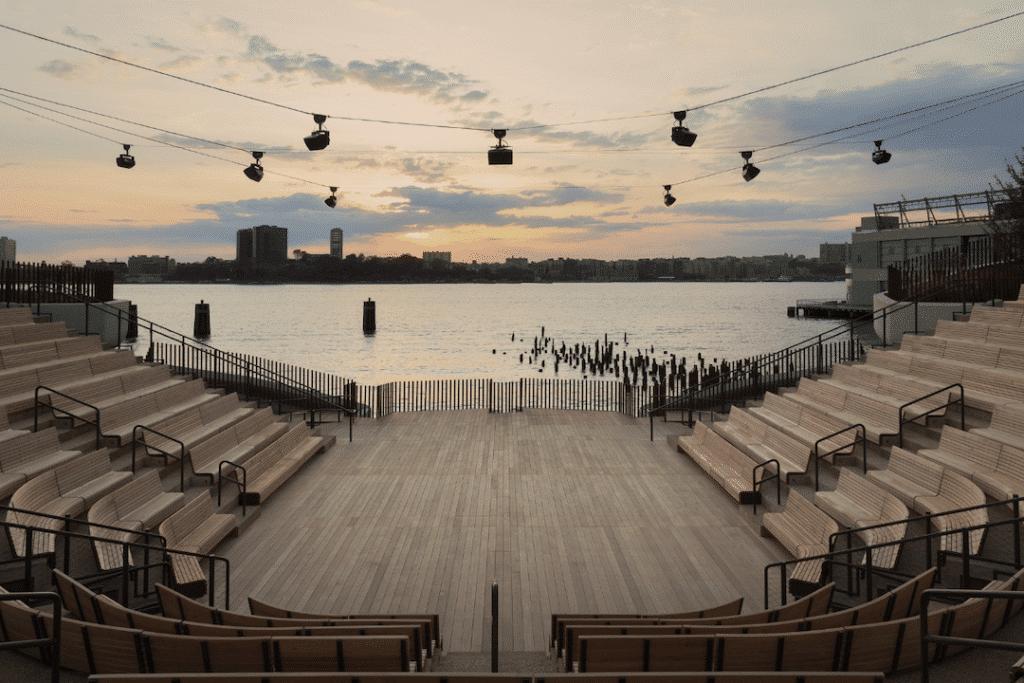 Amphithéâtre de Little Island avec vue sur Hudson River à New York