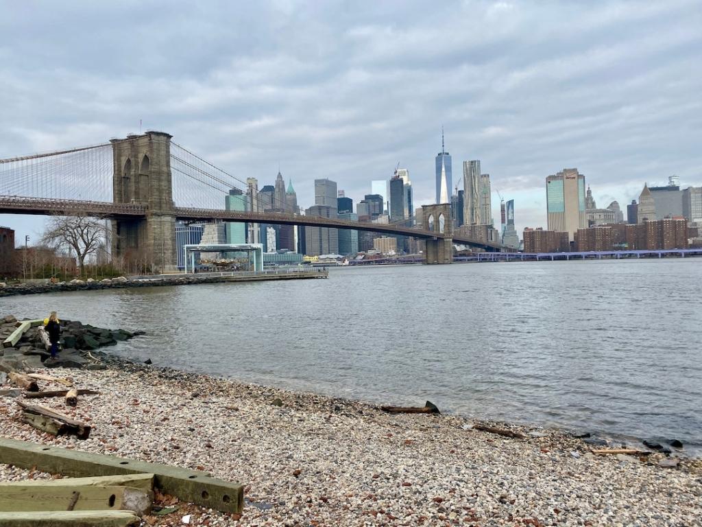 Vue du pont de Brooklyn depuis le Brooklyn Bridge Park à New York