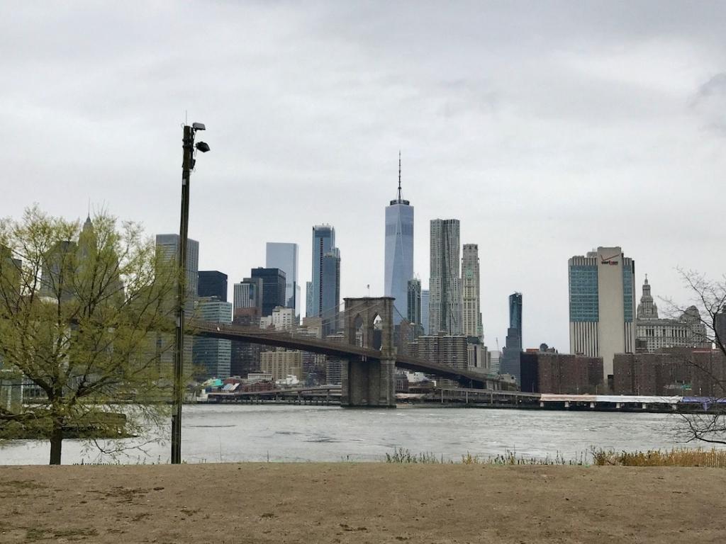 Vue de Manhattan et du pont de Brooklyn depuis le Brooklyn Bridge Park à New York