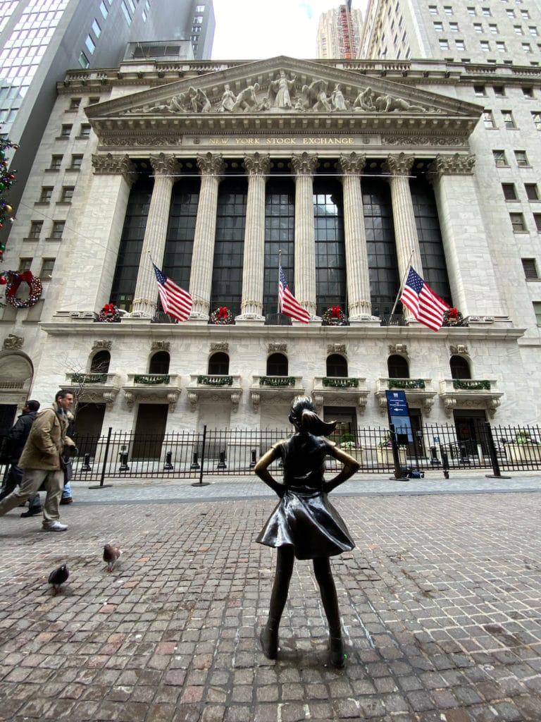 Statue Fearless Girl devant la bourse à Wall Street à New York
