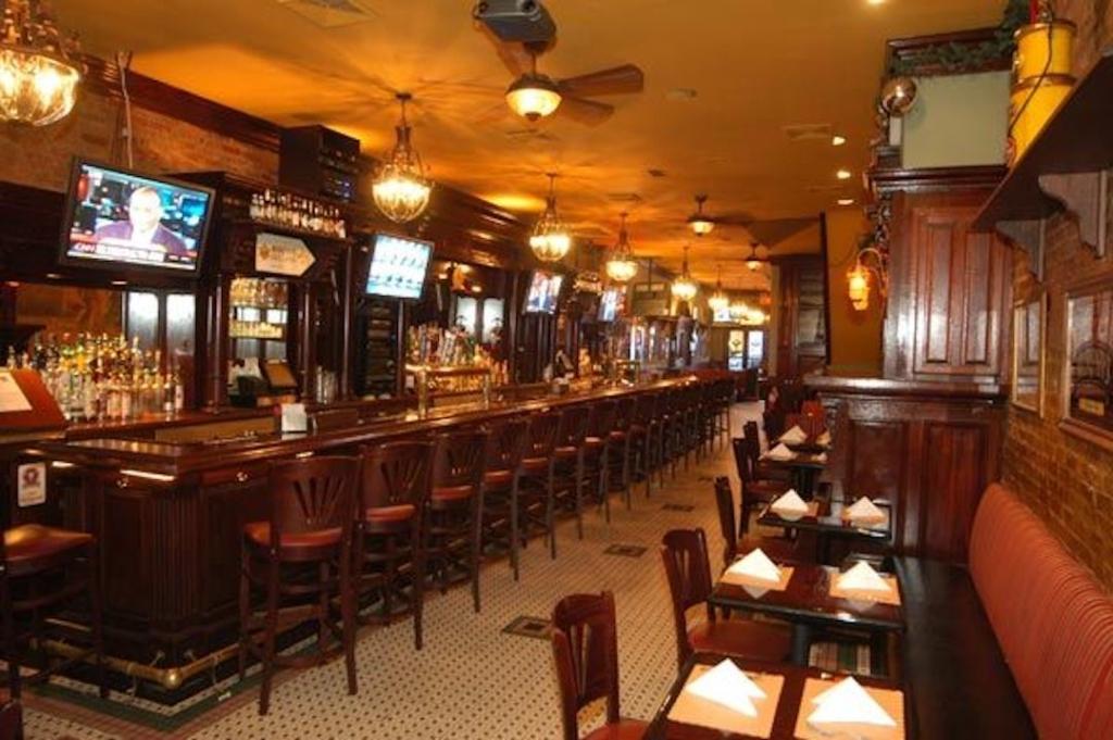 Intérieur du bar McGee's à New York