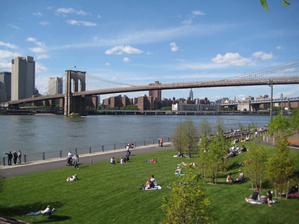 Espaces verts autour du pont de Brooklyn à New York