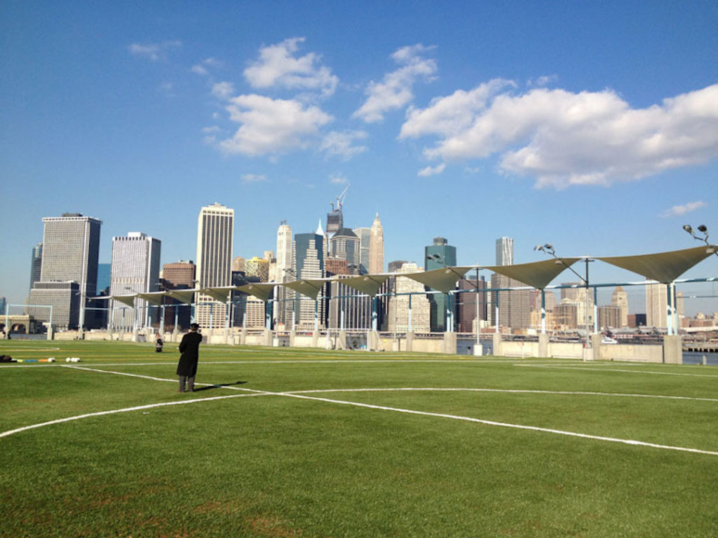 Stade de football au Brooklyn Bridge Park à New York