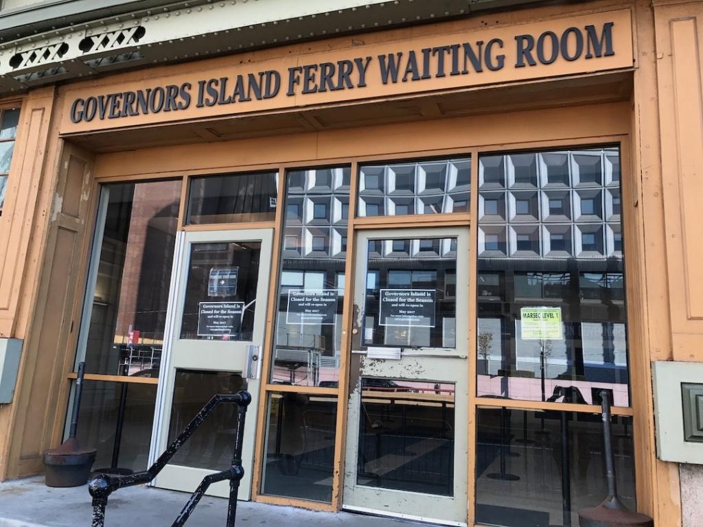 Salle d'attente pour rejoindre le ferry à destination do Governor's Island à New York