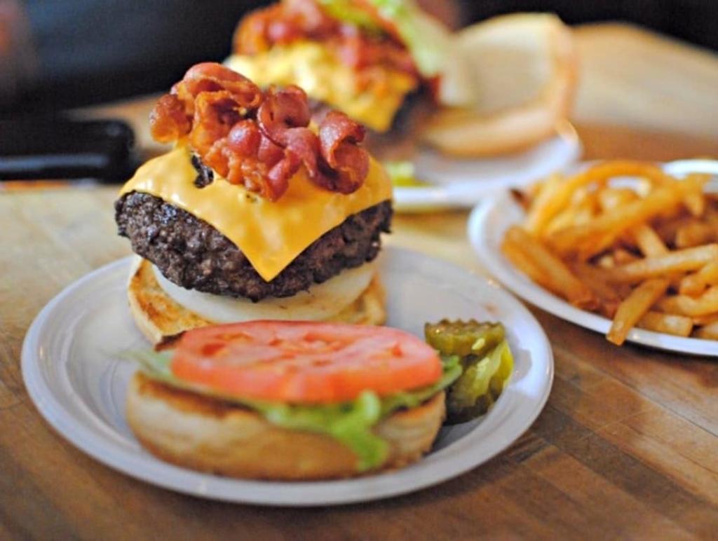 Burger ouvert avec steak, fromage et bacon du restaurant Corner Bistro à New York