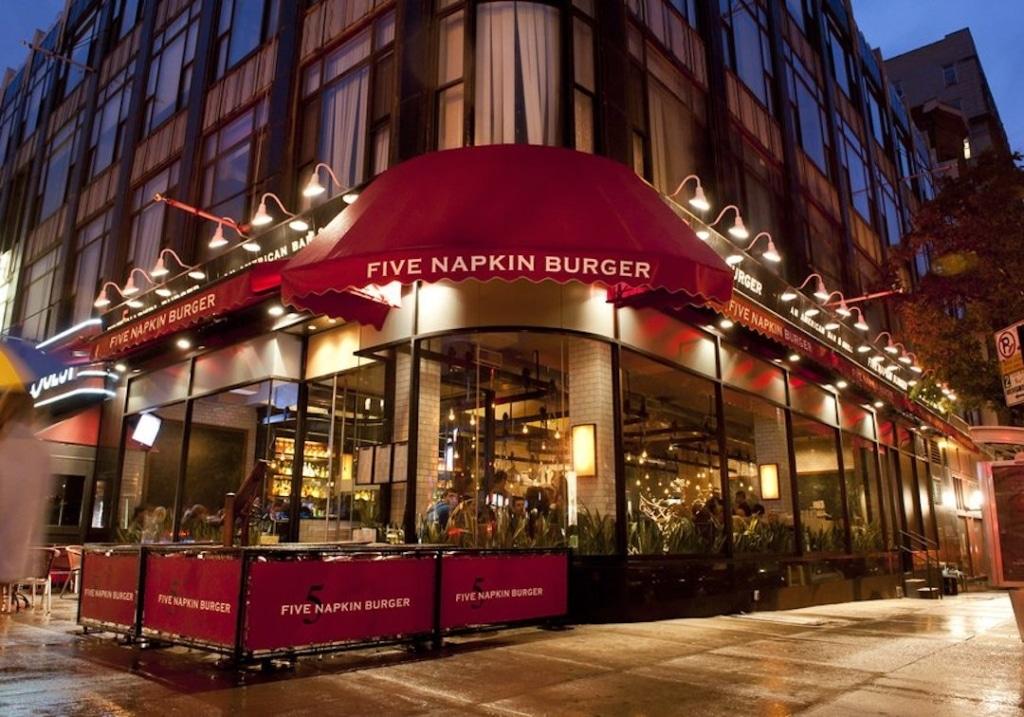 Extérieur du restaurant Five Napkin Burger en soirée