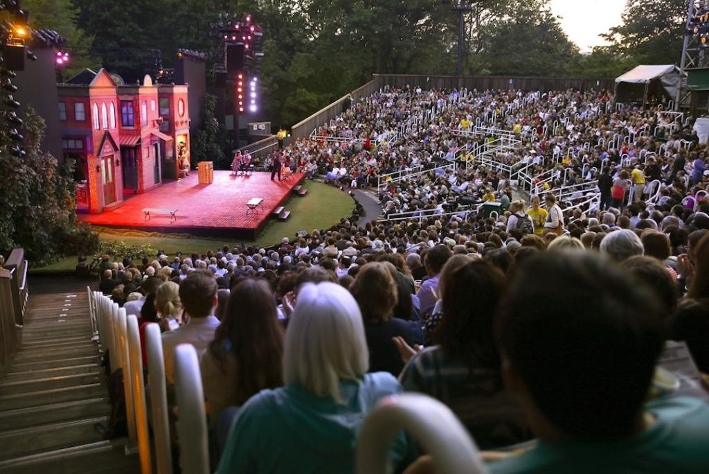 Gradins remplis de personnes regardant un spectacle de Shakespeare au Delacorte Theater.