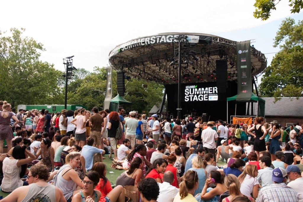 Scène du festival Summerstage avec des spectateurs devant.