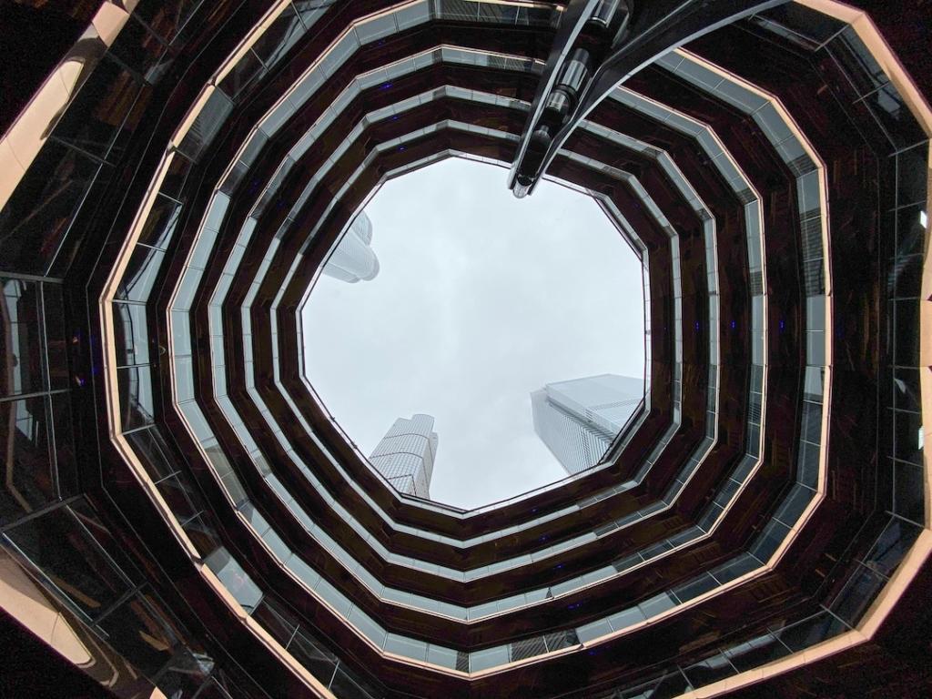 Intérieur de The Vessel à New York vu d'en bas